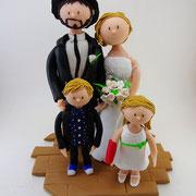 Tortenfigur Brautpaar mit Kindern und abnehmbaren Gipsarm