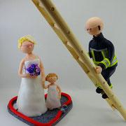 Tortenfigur Brautpaar Feuerwehrmann mit Kind