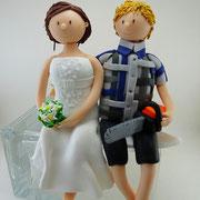 Tortenfigur Brautpaar sitzend mit Kettensäge