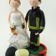 Tortenfigur Brautpaar Feuerwehr mit Reithelm