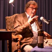 Hellmuth Karasek bei einer Lesung aus seinem Witze-Buch in Biblis