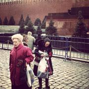 Alte Damen bringen Blumen ans Lenin-Mausoleum in Moskau