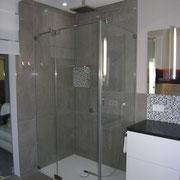 ein neues Badezimmer mit Bodennaher Dusche. Dazu wurde derEstrich weggeklopft. Waschtischanlage von Alape.