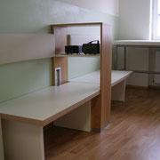 Entwurf der Möbel im Inhalationsraum der Arztpraxis mit Massiver Eiche und weissen Lack Elementen