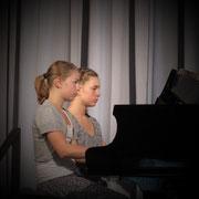 Zwillingschwestern beim vierhändigen Spiel