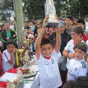 Santiago Manrique, levanta trofeo como mejor jugador Categoría sub-11