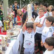 Alejandro Arias, levanta trofeo como mejor jugador Categoría Sub-07
