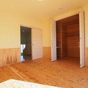 寝室は大容量の収納が備えられました。