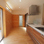 キッチンは広く、掃出し窓からウッドデッキへとつながっています。