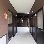 管理棟とトイレ棟の間の通路。