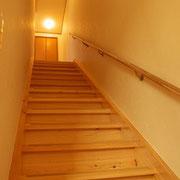 桧(ヒノキ)の一枚板で造った階段。