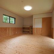 奥の棚は大工さんの手造りです。(収容人数10名)