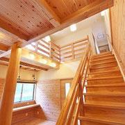 杉板の階段です。吹き抜けなのでとても開放的です。