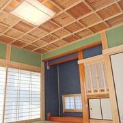 入洛(ジュラク)塗りの和室。天井は寺社で使われる格天井です。