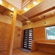 八女杉の丸太柱はとても存在感があり、上部は吹き抜けとなっています。