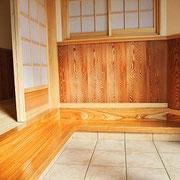 玄関~居間に貼った樹齢400年の杉板。