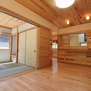 リビングには和室が続いており、奥にはダイニングとキッチンも繋がっています。