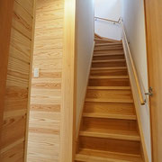 杉板で造った階段の横には150mm角のヒノキの大黒柱があります。