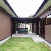 宿泊棟への通路も屋根が付いており、炊事ができるように流し台が2つあります。