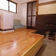 薪で沸かすスペースをとり、風呂場の出入口に折れ戸を付けました。