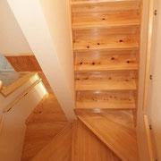 一枚板の桧(ヒノキ)で造られた階段。
