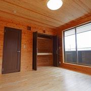 寝室の天井と床に杉板を貼り、壁に飾り棚を設けました。