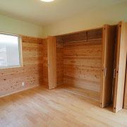 寝室2は大きな収納があります。