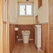 チャフウォール+腰板で仕上げたトイレ。