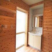 洗面脱衣室はそのまま外の洗濯物干し場へと出られます。