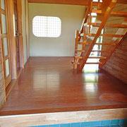 合板でできた床は色あせて痛んでいます。