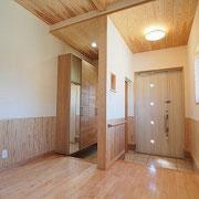 玄関はお客様と家族とを分けて使いやすいようになっています。