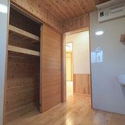 洗面脱衣室には大きな収納があり使いやすいです。