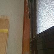 玄関のサッシ枠部分です。シロアリに食べられています。