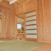 この下には収納の引き出しがあり、絨毯などの長物も入ります。