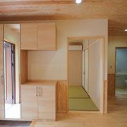 玄関の隣に和室が設けられています。
