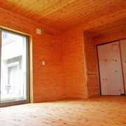 天井・壁・床ともに杉板を貼っています。