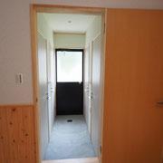 外からも出入りできるシャワー室は4室あります。