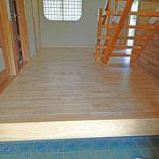 既存の床の上から貼った訳ではないので敷居との差が若干付いています。