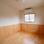 子ども室1 床板は樺桜です。