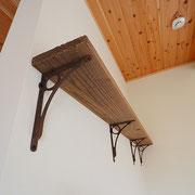アイアン家具に古材の棚板を乗せています。