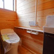 トイレの天井と壁に自社製の杉板を貼っています。