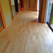 節の少ない西南桜の床板を使用しました。