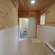 洗面脱衣室は広く、2方向から出入りができます。