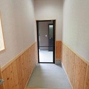 トイレ棟や宿泊棟への出入口はスロープになっています。