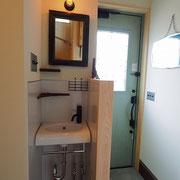 1階の玄関横にはアイアン小物を散りばめた洗面台です。