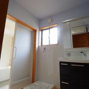 洗面脱衣室は高い位置まで汚れをふき取りやすいパネルを貼っています。