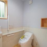 トイレは腰にサニタリーパネルを貼り、上部はチャフウォールを塗っています。