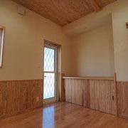玄関ホールには飾り棚と洗濯物干し場に出られるドアがあります。