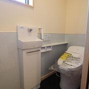 トイレの壁は腰にサニタリーパネルを貼り、上部は自然素材のチャフウォールを塗っています。
