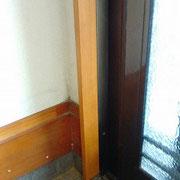 玄関サッシ枠を新しく入れて塗装しました。
